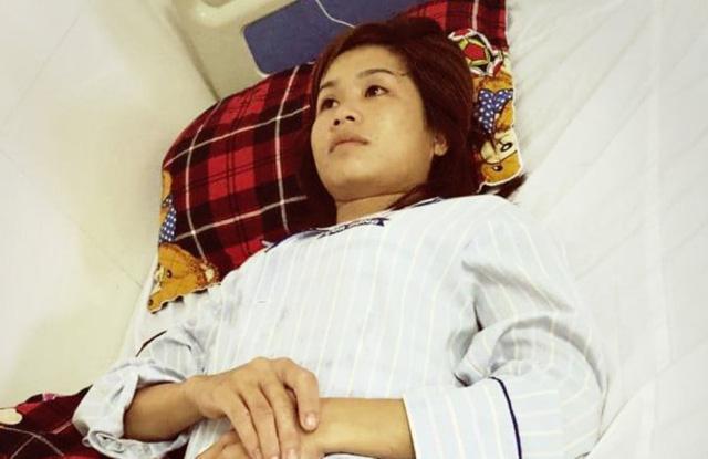 Chị Chung phải nhập viện điều trị sau khi bị nhóm thanh niên hành hung - Ảnh: Gia đình cung cấp