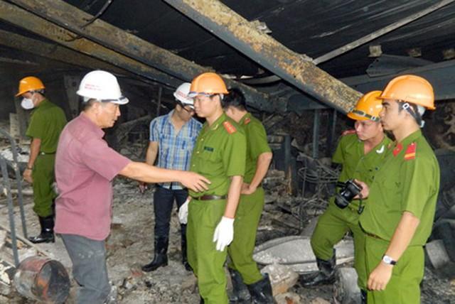 Giám định viên cháy nổ đang tác nghiệp tại vụ cháy Trung tâm thương mại Hải Dương.