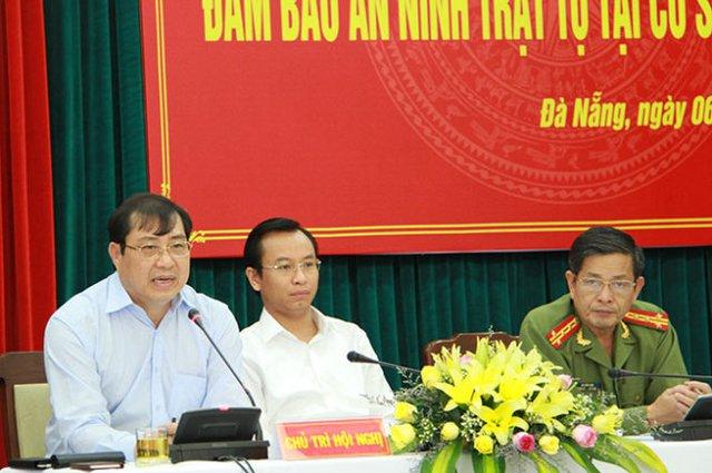 Ông Huỳnh Đức Thơ, chủ tịch TP Đà Nẵng (bên trái) cho biết sẽ lắp 1.000 camera để giám sát, xử lý tội phạm - Ảnh: Hữu Khá