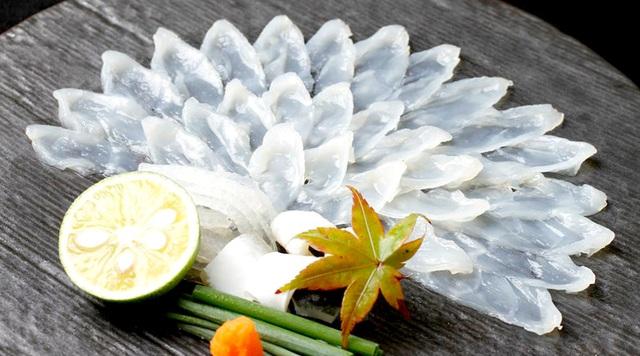 Fugu thường được thái mỏng, ăn sống như các món sashimi. Ảnh Internet