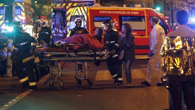 Người dân Paris bàng hoàng trước các vụ tấn công liên hoàn hôm 13/11.