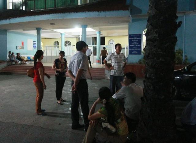 Người nhà tập trung bên ngoài khoa sản bệnh viện Kiến An yêu cầu làm rõ cái chết của thai nhi - Ảnh: Tiến Thắng