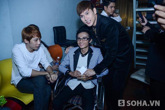 22h20 tối, Thái Lan Viên quay lại hậu trường để gặp gỡ, nhận sự giúp đỡ của một vài người bạn thân thiết.