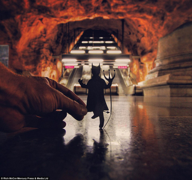 Một trạm tàu điện ngầm Stockholm trông khá giống như Gates of Hell, là địa điểm hoàn hảo cho một con quỷ Sa tăng.