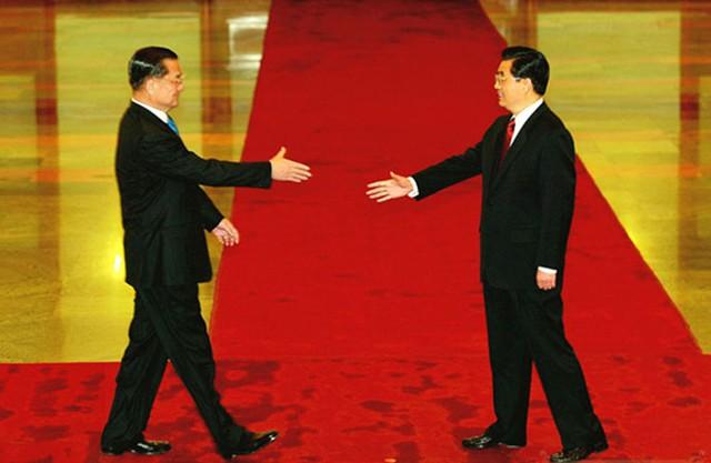 Ông Hồ Cẩm Đào (phải) đón ông Liên Chiến tại Đại lễ đường Nhân dân Bắc Kinh hôm 29/4/2005, hai ông cùng đưa tay về phía đối phương.