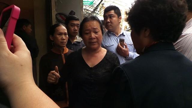 Bà Thu giải thích với cán bộ phường Hàng Trống, dù việc mua bán có sự tranh chấp nhưng mẹ bà có hộ khẩu tại đây. Mong sự việc sẽ được đưa ra tòa án và hiện tại duy nhất là mong được lo hậu sự cho mẹ tại ngôi nhà này.