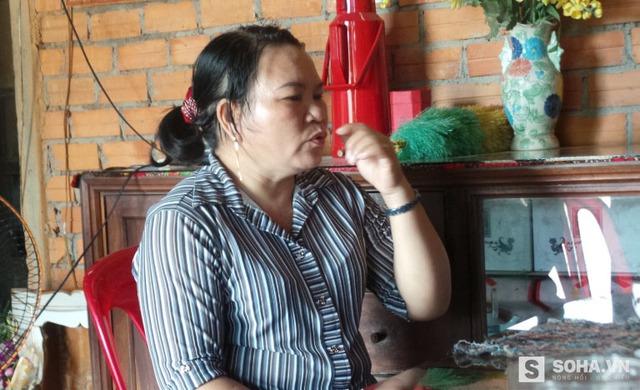 Bà Cẩm kể về gánh hàng rong và quá trình một mình bà mưu sinh nuôi 3 đứa con và kêu oan cho chồng