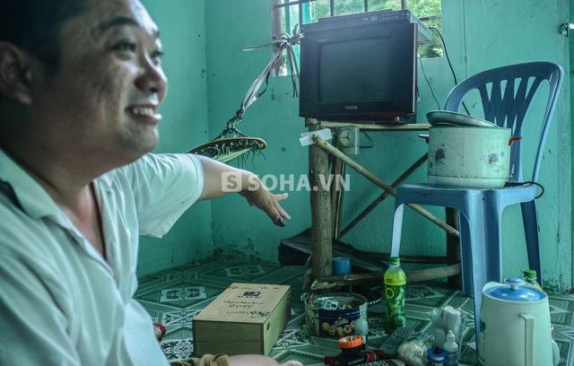 Ngay trước lối ra vào nhà có 1 chiếc tivi cũ mà Cò được một ông anh mua tặng với giá 100 nghìn. Chiếc bàn để tivi là bàn để thùng rác mà anh xin về sau khi thấy người khác không còn sử dụng.
