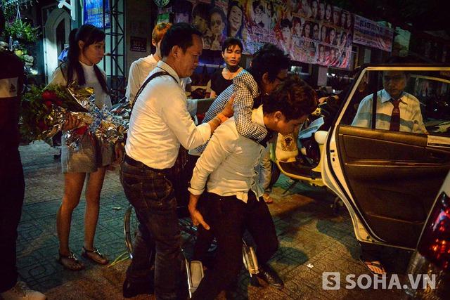 Dù nằm trên vai bạn, song Thái Lan Viên vẫn cần sự hỗ trợ thêm từ 1 vài người.