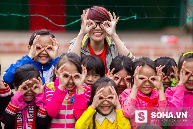 Hình ảnh thành viên đoàn từ thiện vui vẻ bên các em nhỏ