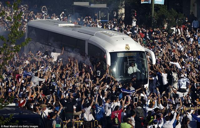 Những CĐV Real Madrid chào đón các cầu thủ con cưng trước trận đấu.