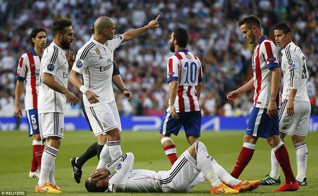 Tuy nhiên, Atletico chơi cực kỳ chặt chẽ và quyết liệt, khiến cho không ít chấn thương đã xảy ra.