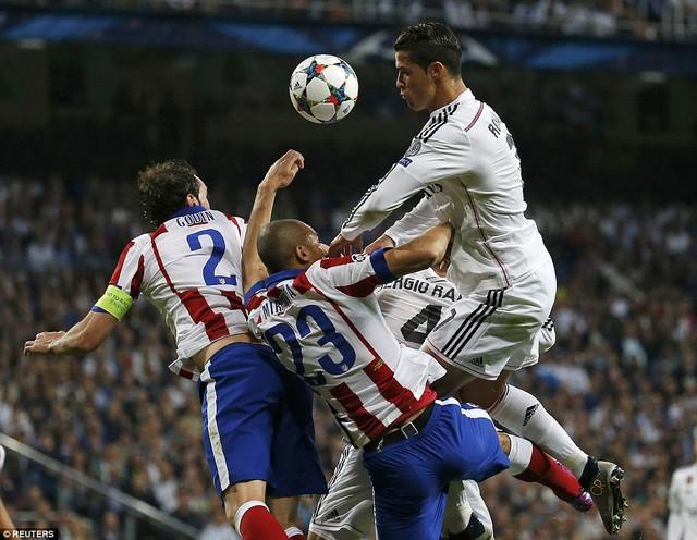Dù rất nỗ lực, CR7 vẫn chưa thể đánh bại hàng thủ Atletico Madrid.