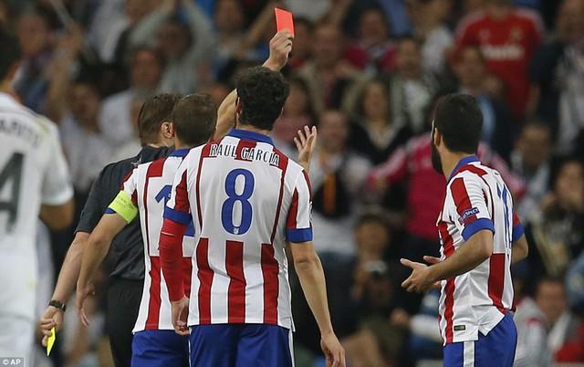 Bước ngoặt của trận đấu là chiếc thẻ đỏ của Arda Turan ở phút 76. Từ lúc này, Atletico chỉ biết co cụm phòng ngự.