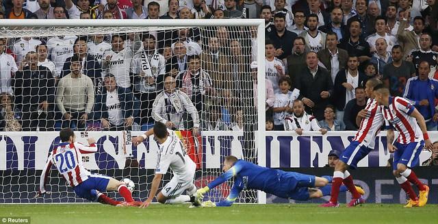 Phút 88, Ronaldo đi bóng quyết tâm trước khi chuyền cho Chicharito ghi bàn mở tỉ số cho Real Madrid.