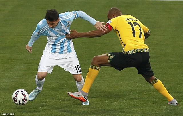 Hết Di Maria rồi đến Messi không tài nào tìm cách vượt qua được hàng thủ áo vàng.
