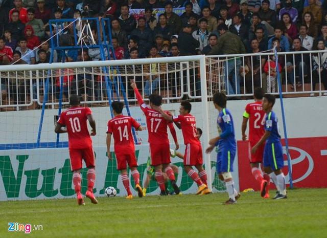 Than Quảng Ninh ăn mừng bàn thắng trong hiệp một