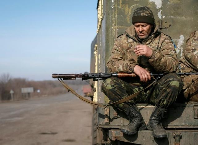 Một binh sĩ Ukraine hút thuốc trong khi ngồi trên xe quân sự tại thị trấn Artemivsk, miền đông Ukraine.