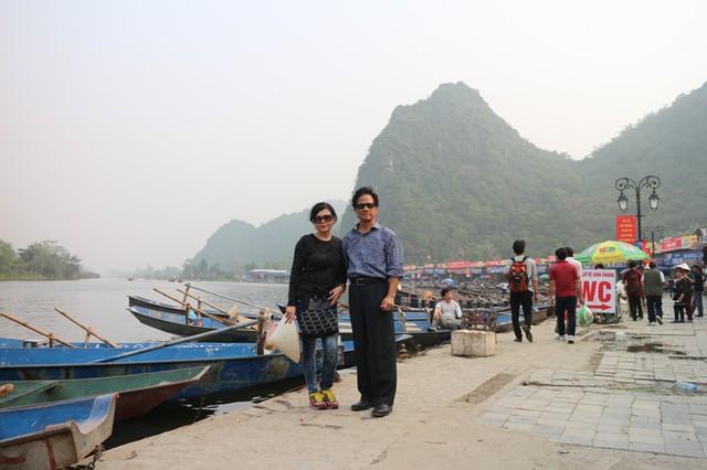 Chế Linh đã dành trọn một ngày bên vợ và bạn bè để thả hồn vào thiên nhiên thơ mộng cùng phong cảnh chùa chiền cổ kính.