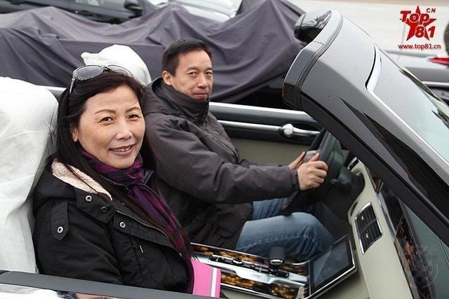 Nhân viên người Trung Quốc chụp ảnh trước khi bàn giao xe cho Belarus.