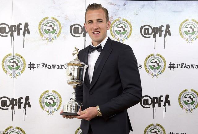 Ở hạng mục Cầu thủ trẻ xuất sắc nhất năm, ngôi sao mới nổi Harry Kane của Tottenham được vinh danh.