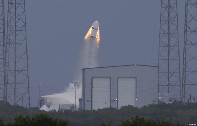 Tàu vũ trụ không người lái SpaceX Dragon rời khỏi bệ phóng tại căn cứ không quân Cape Canaveral ở bang Florida, Mỹ.