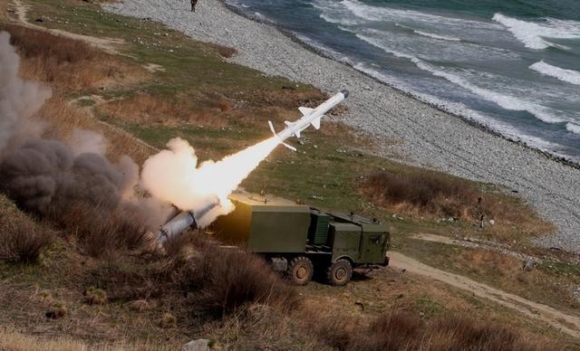 Rõ ràng thông tin này có thể khiến Hải quân Trung Quốc tại Biển Đông không vui bởi theo thông tin từ báo Kommersant (Nga) hồi giữa năm 2014, một khách hàng tại Đông Nam Á đã sở hữu các tổ hợp tên lửa phòng thủ bờ này. Ngay sau khi thông tin này được công bố đã gây xôn xao các diễn đàn quân sự quốc tế, vì trước đó chưa có dấu hiệu nào cho thấy một quốc gia Đông Nam Á nào sẽ sớm biên chế hệ thống tên lửa bờ tiên tiến này.