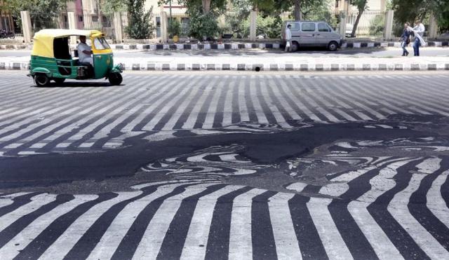 Nắng nóng dữ dội ở Ấn Độ khiến một con đường ở New Delhi bị tan chảy và biến dạng. Đợt nắng nóng khắc nghiệt kéo dài ở Ấn Độ đã khiến hơn 1.150 người ở nước này tử vong.
