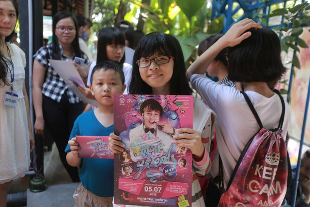Sáng 31/05, vé buổi fanmeeting kiêm sinh nhật của Sơn Tùng M-TP tiếp tục được bán tại một quán cà phê sách ở Quận 1.