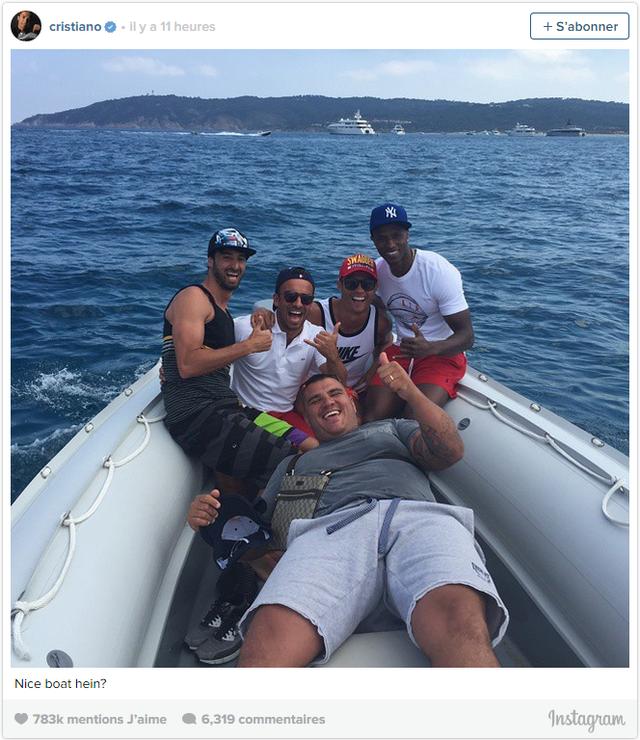 Cả nhóm di chuyển ra du thuyền