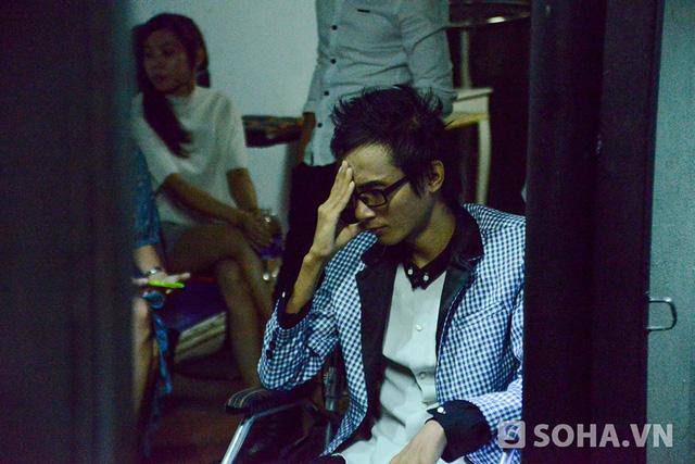 Vừa lộ diện, Thái Lan Viên gây chú ý bởi ngoại hình tăng cân rõ rệt so với thời điểm nằm viện. Anh mặc chiếc áo vest bảnh bao, ngồi xe lăn, trang điểm nhẹ trên khuôn mặt trước giờ tái ngộ khán giả.