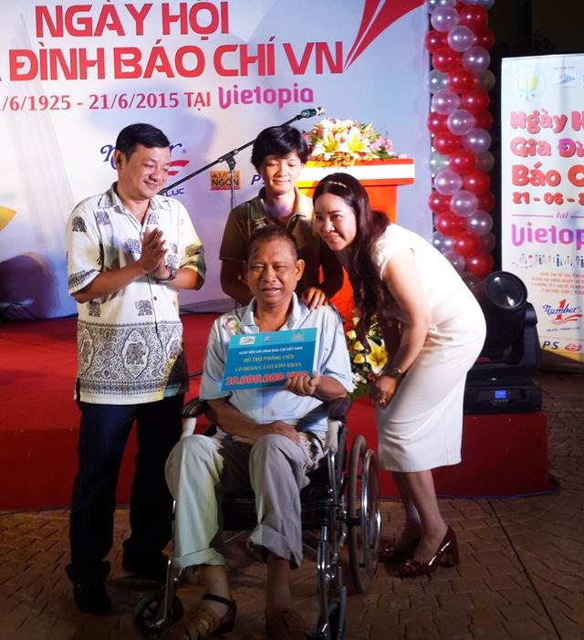 Bà Diễm Hằng, đại diện một doanh nghiệp, tặng 20 triệu đồng cho nhà báo Lê Quang