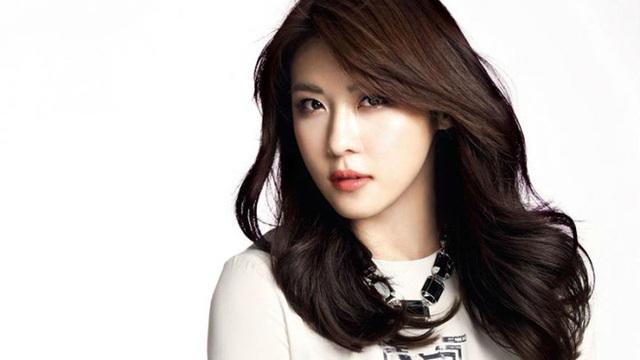 Ha Ji Won suýt bị mù vì vật thể lạ bay vào mắt.