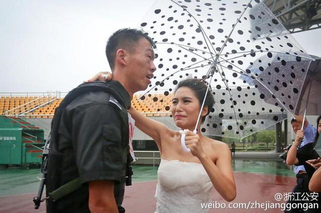 Sự cổ vũ của cô dâu đã tiếp thêm sức mạnh cho chú rể. Cuối cùng, chú rể đã về đích đầu tiên trong cuộc thi chạy 3 km.