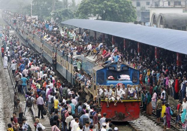 Mọi người ngồi chật kín nóc đoàn tàu tại nhà ga ở thành phố Dhaka, khi hàng nghìn người Hồi giáo Bangladesh trở về quê trong dịp nghỉ lễ Eid-al-Adha.