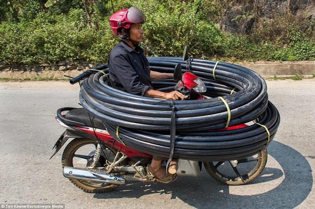 Những hình ảnh thồ hàng cồng kềnh ở Việt Nam từng được Daily Mail đăng tải.