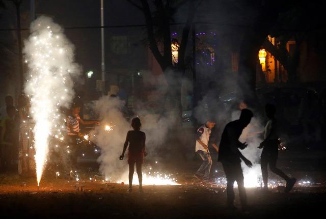 Trẻ em đốt pháo hoa mừng lễ hội Diwali ở thành phố Mumbai, Ấn Độ.