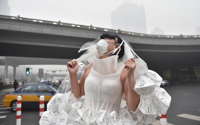 Nghệ sĩ Kong Ning mặc chiếc váy làm từ 999 chiếc khẩu trang trong một chiến dịch về bảo vệ môi trường.