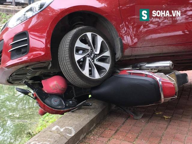 Chiếc xe máy bị cuốn vào gầm ô tô