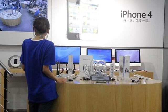 """Cửa hiệu Apple """"nhái""""  Năm 2011, hàng loạt """"cửa hiệu Apple"""" mọc lên ở thành phố Côn Minh, Trung Quốc, trông không khác gì những cửa hiệu bán lẻ chính thức của Apple, từ đồng phục nhân viên cho tới thiế kế nội thất. Sau đó, nhà chức trách Trung Quốc đã vào cuộc và phát hiện 22 cửa hiệu ở Côn Minh sử dụng trái phép nhãn hiệu thương mại Apple."""