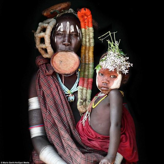 Nhiếp ảnh gia người Đức Mario Gerth (38 tuổi) đã dành 7 năm du lịch khắp châu Phi để ghi lại những bộ lạc thổ dân ở đây. (Nguồn: Dailymail.co.uk)