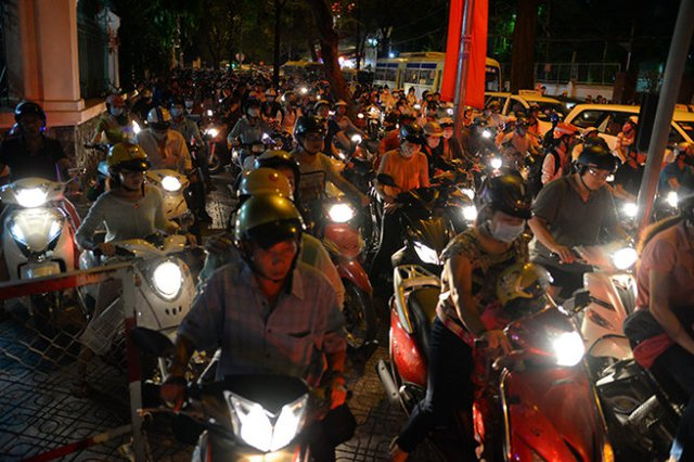 Hàng trăm chiếc xe máy chạy lên lề đường Lê Quý Đôn để thoát ra chổ kẹt xe - Ảnh: Hữu Khoa