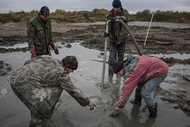 """Thợ khai thác """"chui"""" tìm hổ phách gần làng Khabarovo, Kaliningrad."""