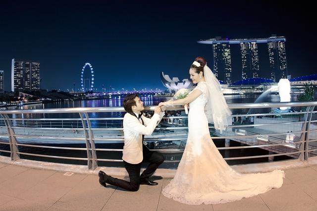 Bộ ảnh cưới của Đinh Ứng Phi Trường được thực hiện ở Singapore.