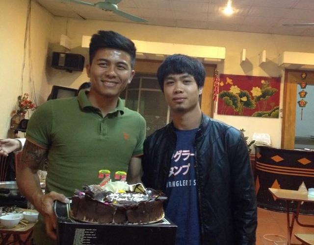 Công Phượng chúc mừng sinh nhật trung vệ Mạnh Hùng.