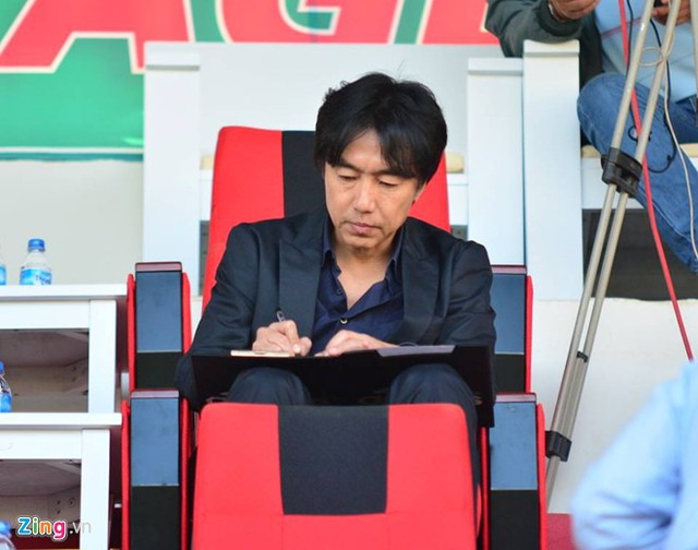 HLV Miura xuất hiện trên khán đài để quan sát trận đấu, tuyển người cho U23 Việt Nam