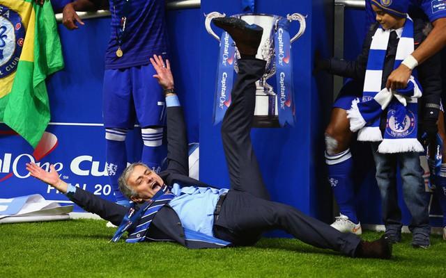 Huấn luyện viên Jose Mourinho ăn mừng chiến thắng sau khi đội Chelsea của ông đánh bại đội bóng Tottenham Hotspur trong trận chung kết Cúp Liên đoàn Anh trên sân vận động Wembley, London.
