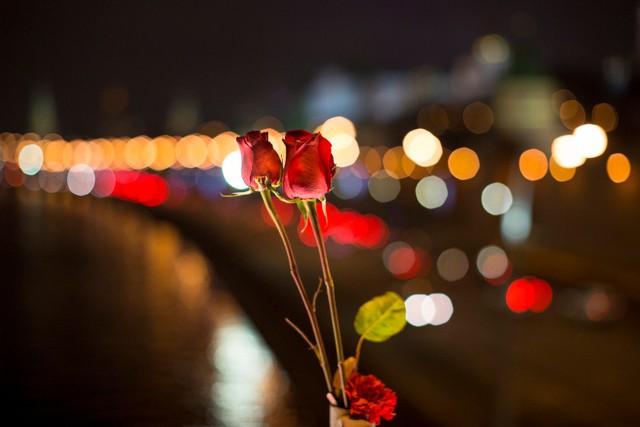 Mọi người đặt hoa hồng và nến tại trung tâm thủ đô Moscow để tượng nhớ cựu Thủ tướng Nga Boris Nemtsov.