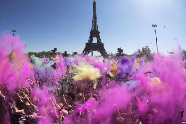Mọi người tung bột màu vào nhau trong cuộc thi chạy sắc màu ở Paris, Pháp.