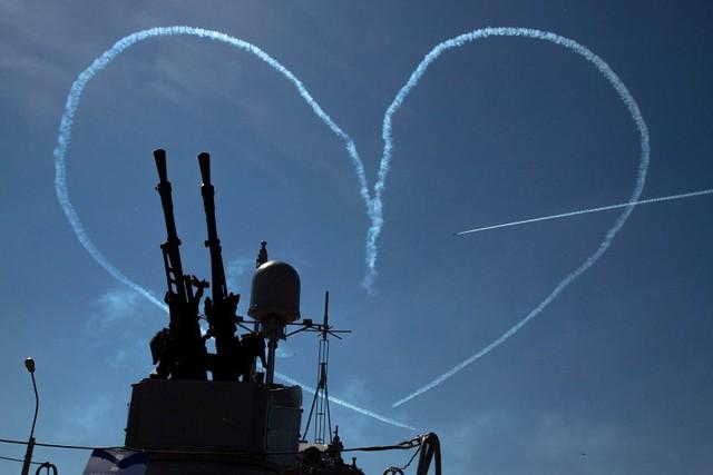 Máy bay trình diễn phun khói vẽ hình trái tim trên bầu trời tại triển lãm quốc phòng hàng hải quốc tế tại thành phố St. Petersburg.